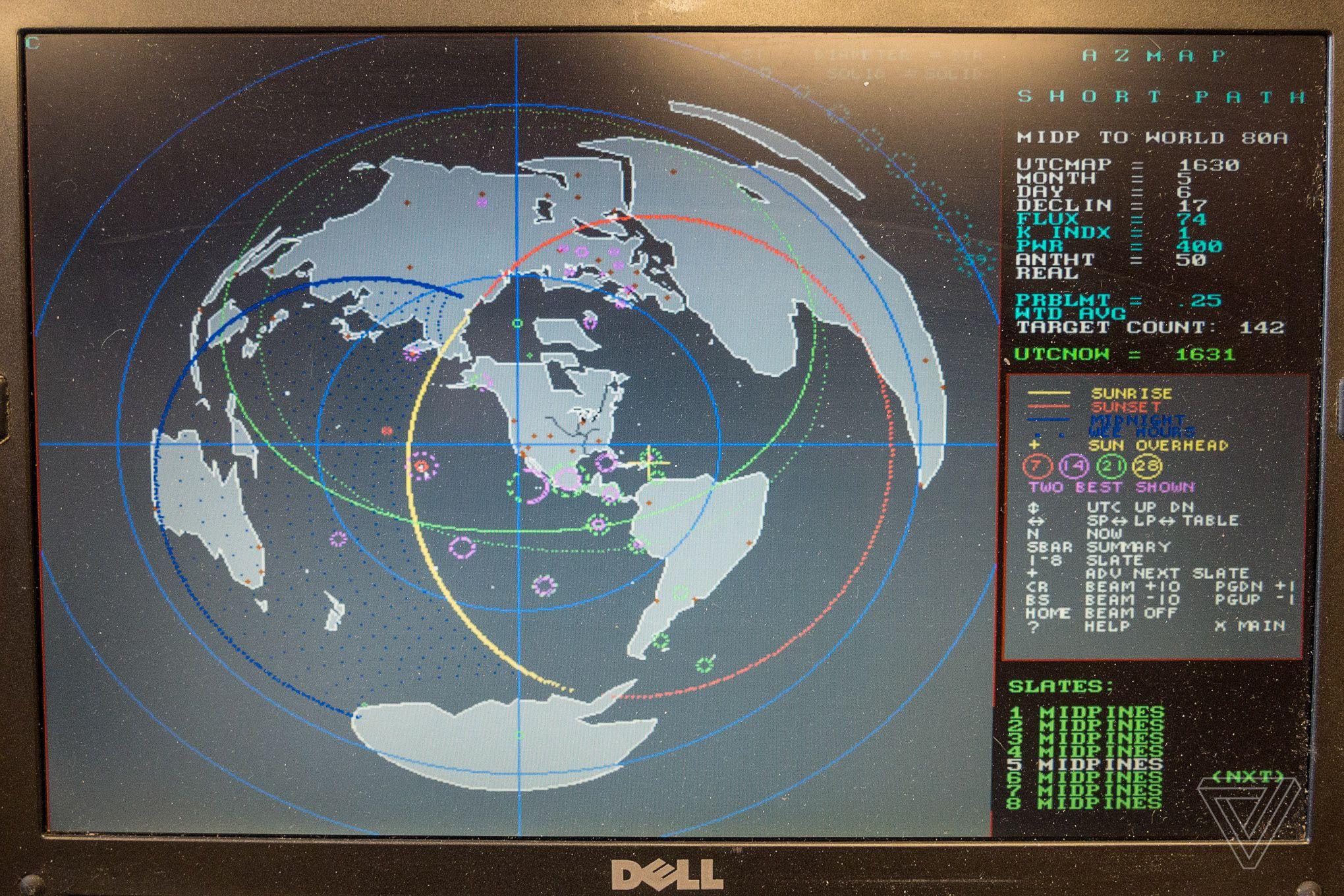 Alsup 的短波电台传送预测程序。Sarah Jeong 摄 / The Verge