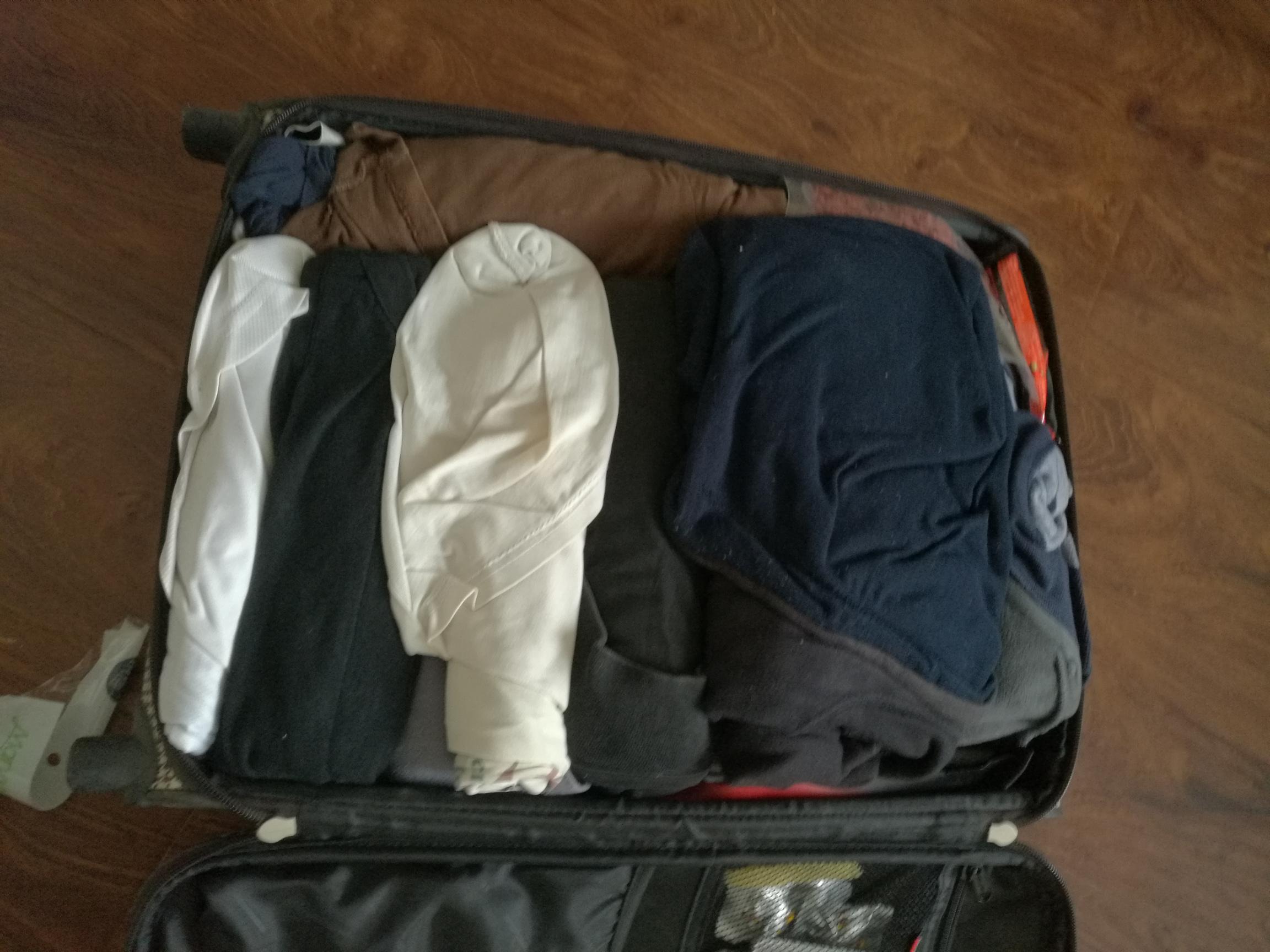 图5-1 行李箱里的衣服,没叠,是卷的
