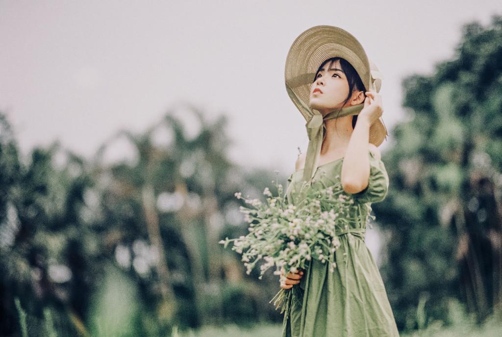 野花的季節 花丛中的美女
