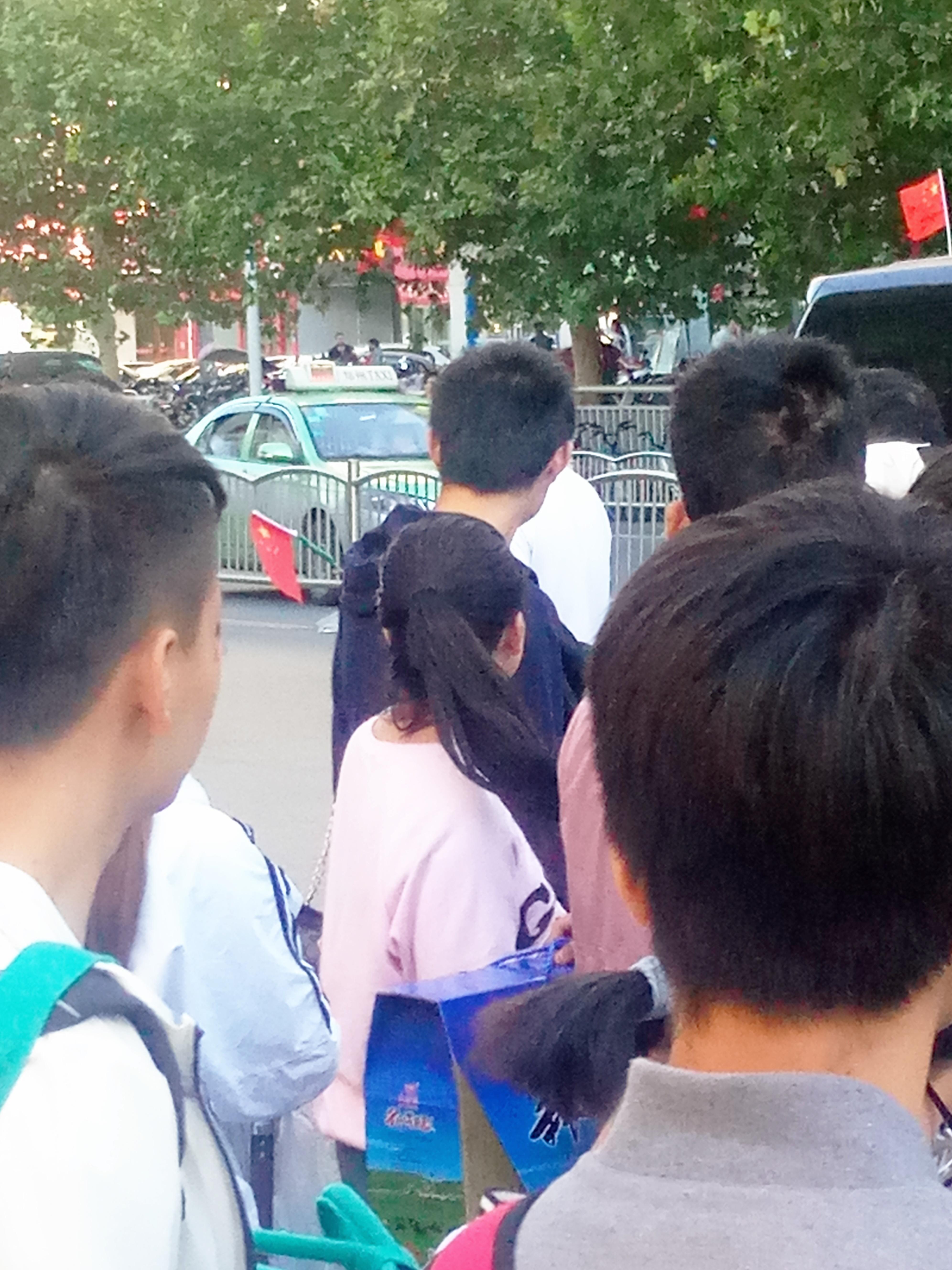 郑州街道悬挂国旗