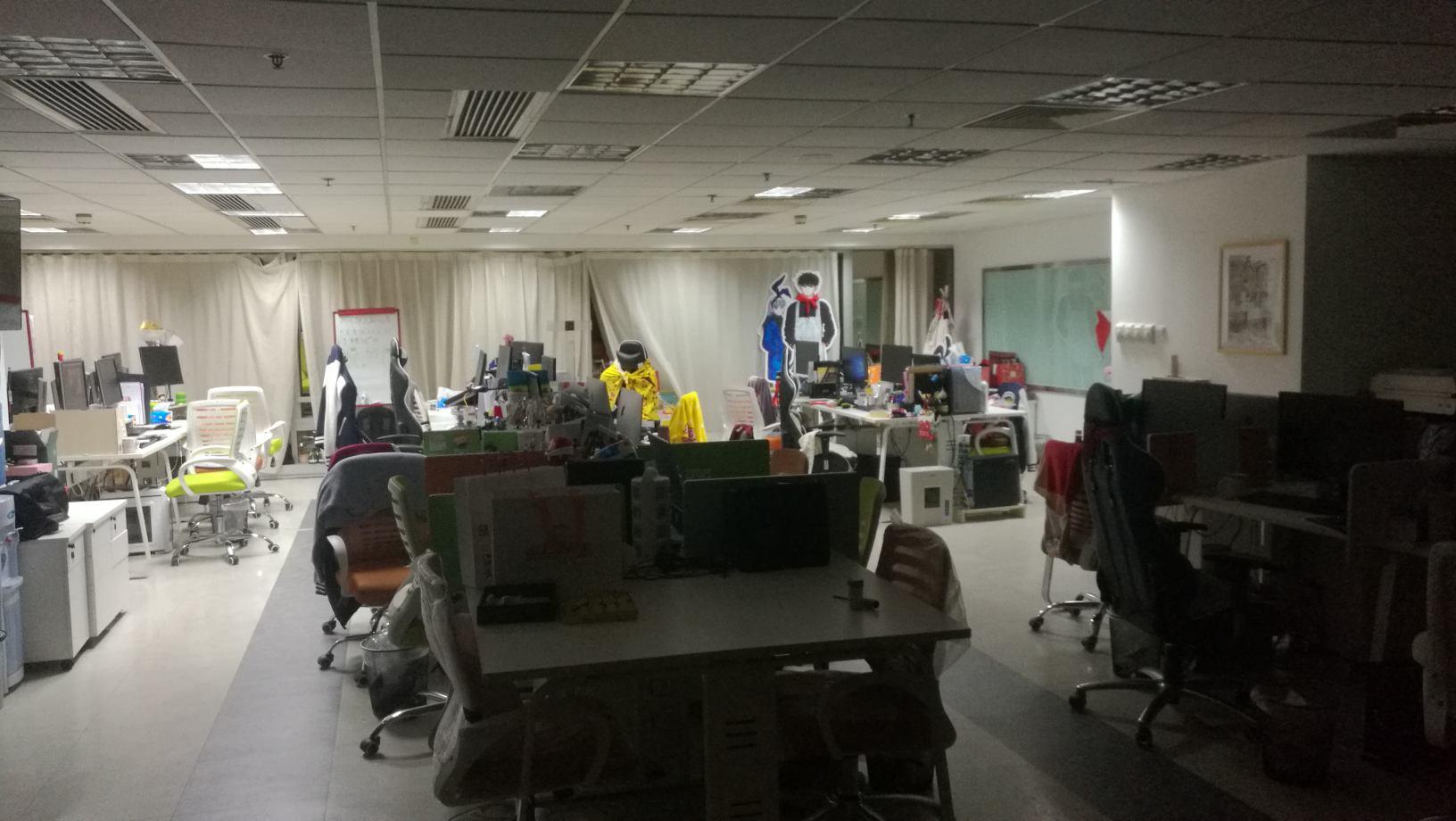 图b-3 右边渠道部的右边还有个长桌,有一排吃的啥的,右后方是会议室没拍