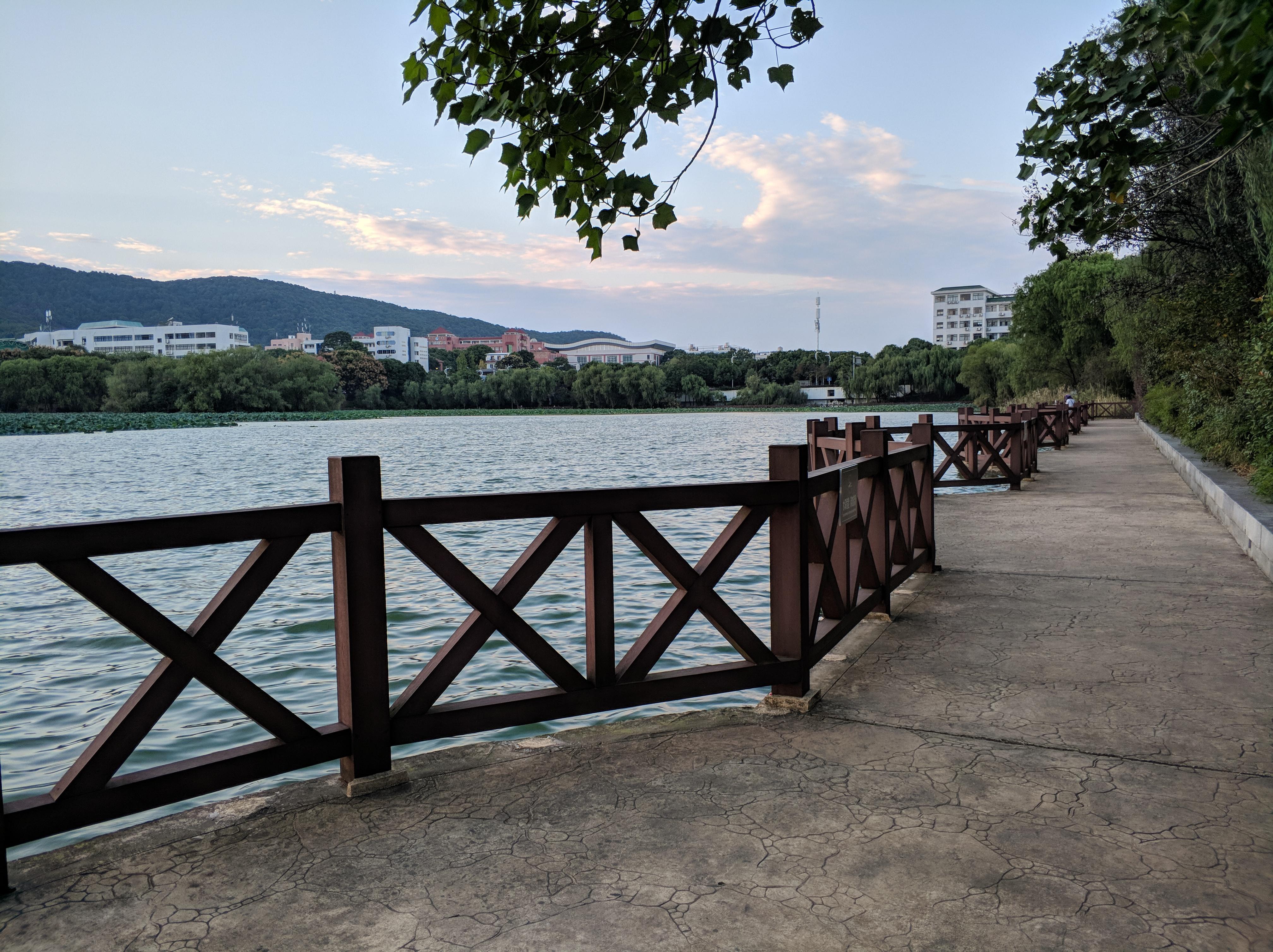 漫步在湖畔