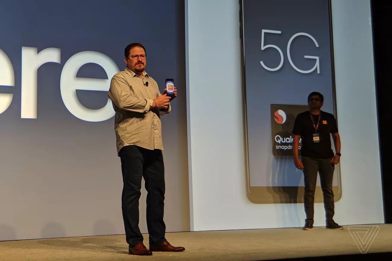 高通公司总裁Cristiano Amon拥有第一款Snapdragon 855参考设计智能手机。 肖恩霍利斯特/ The Verge