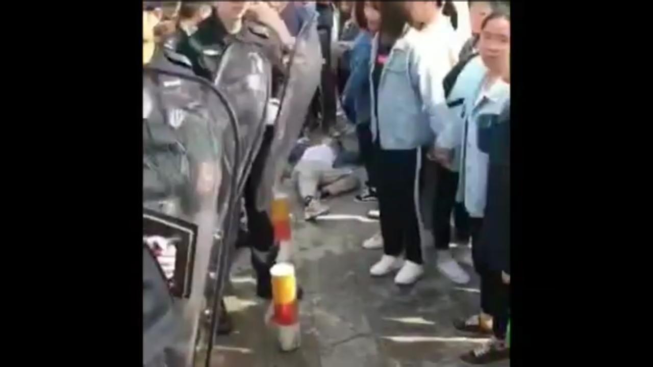 清场初期同学被打倒.png