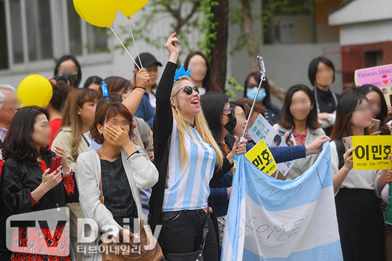 #娱讯#李敏镐完成近2年兵役正式退伍,超过200名粉丝迎接欧巴回归