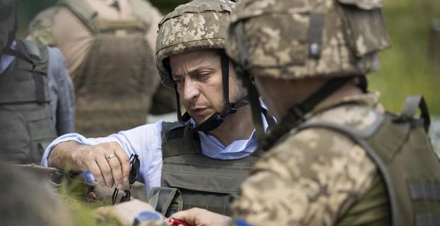 泽连斯基取消独立日阅兵,军方人员表示反对,总统权力已被架空?