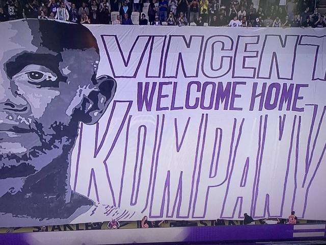 孔帕尼执教首场正式赛打满全场,球迷巨幅TIFO欢迎国王归来
