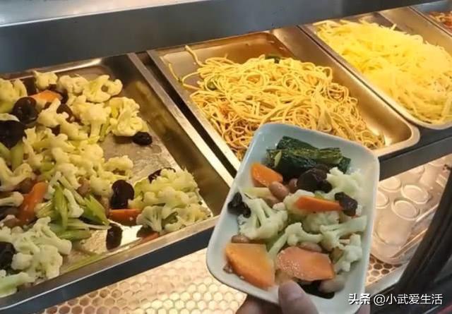 天津火爆的面馆,一碗牛肉饸饹面十元,配十元随便吃的凉菜真过瘾