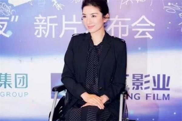 这两位和赵薇齐名的女星,一个生活安逸自如,一个却坐轮椅度日