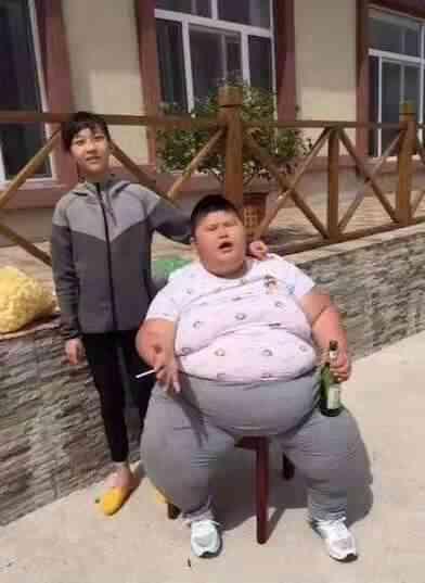 抽烟喝酒的快手红人——东北小胖