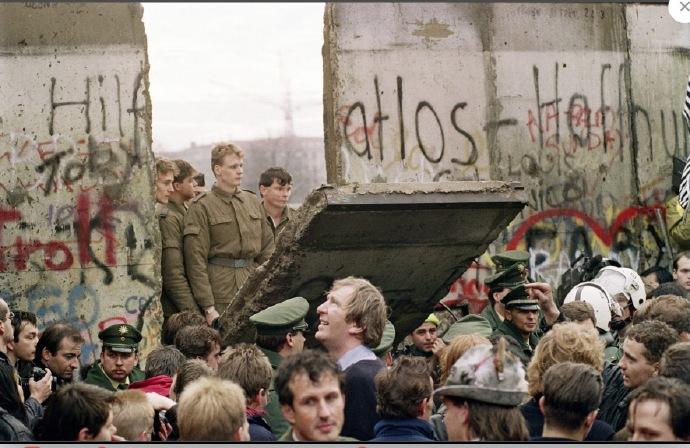 cos 30年前柏林墙倒塌的那一刻