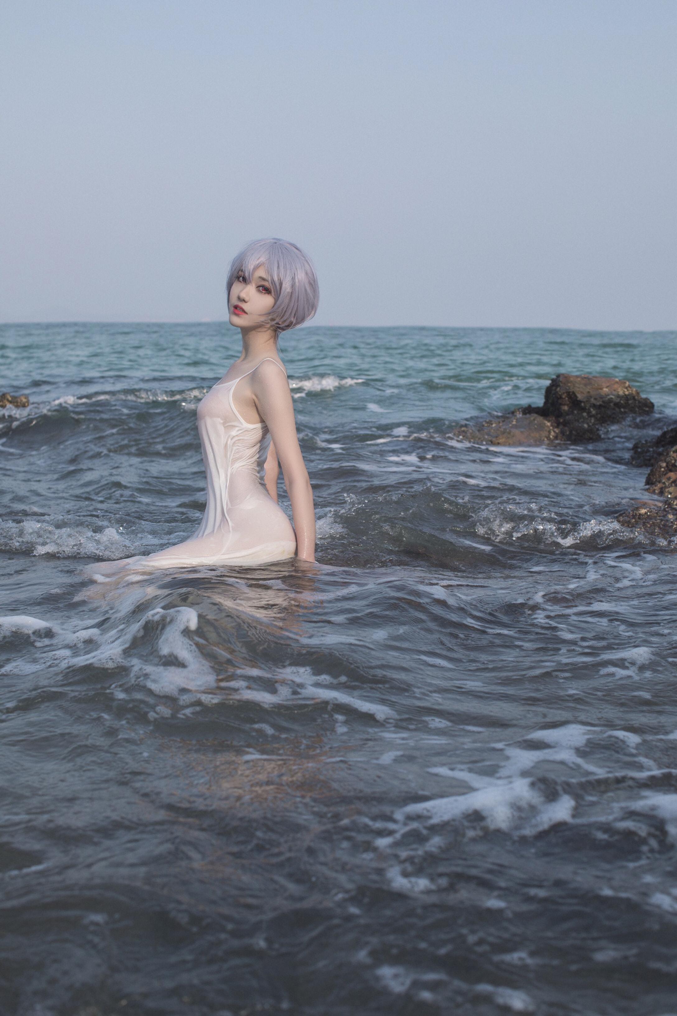 [南桃Momoko]绫波丽白裙