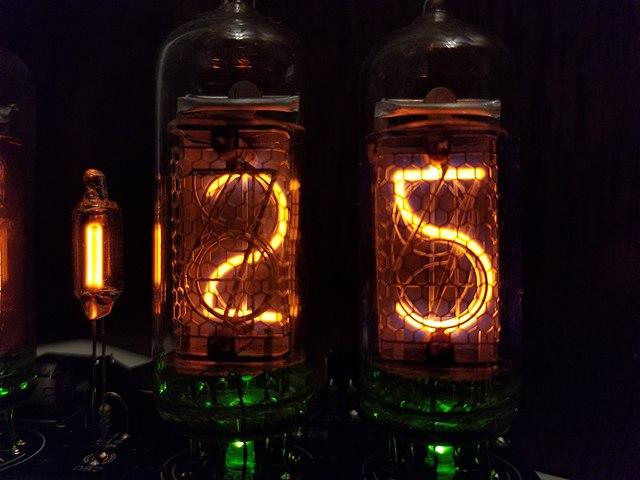 辉光管,图里的是苏联产的 IN-14,图片来自维基百科,CC BY-SA 协议