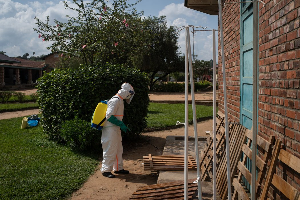 2018年埃博拉病毒暴发期间,刚果民主共和国一家医院外的消毒工作。