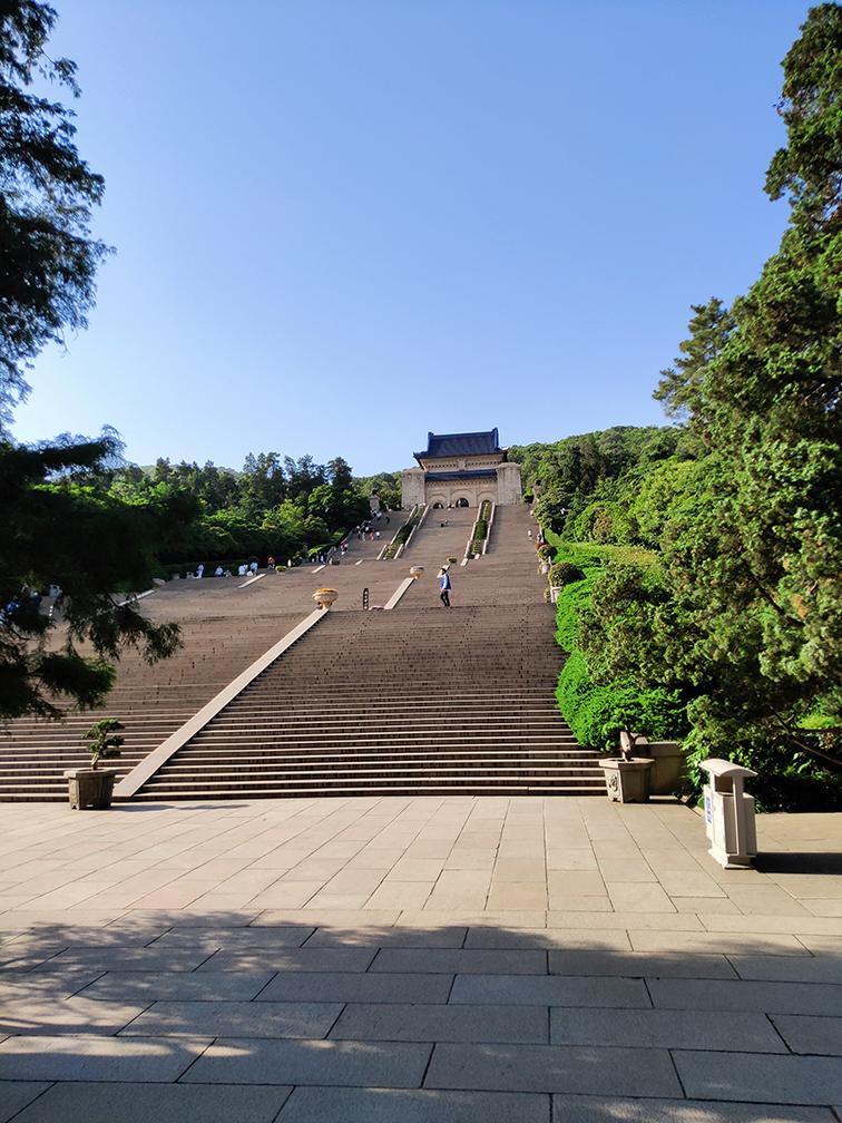 中山陵园-长长长长的台阶.jpg